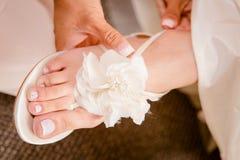 Bella progettazione nuziale della scarpa di nozze Ornato con un tocco di progettazione del fiore bianco alla cima immagini stock