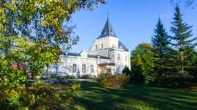 Bella proprietà nel parco di autunno, casa bianca contro un cielo blu Immagini Stock