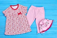 Bella raccolta dei vestiti della neonata Fotografia Stock Libera da Diritti