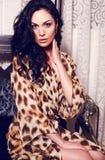 Bella ragazza in abito della stampa del leopardo Fotografie Stock Libere da Diritti