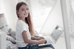 Bella ragazza adorabile che lavora al computer portatile Fotografie Stock Libere da Diritti