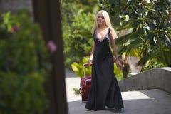 Bella, ragazza adorabile e sessuale che cammina con la borsa dei bagagli all'hotel Fotografia Stock Libera da Diritti