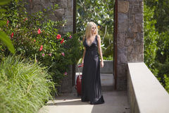 Bella, ragazza adorabile e sessuale che cammina con la borsa dei bagagli all'hotel Fotografia Stock