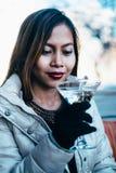 Bella ragazza adulta che beve Martini all'aperto, molla in anticipo Immagini Stock Libere da Diritti