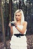 Bella ragazza adulta con la retro macchina fotografica della foto fotografia stock libera da diritti