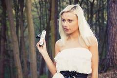 Bella ragazza adulta con la retro macchina fotografica della foto immagini stock