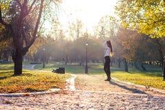 Bella ragazza al tramonto Fotografie Stock Libere da Diritti