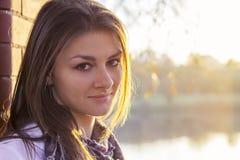 Bella ragazza al tramonto Immagini Stock