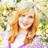 Bella ragazza in albero di fioritura fotografia stock