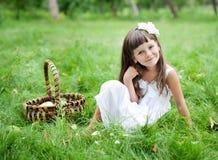 Bella ragazza all'esterno in un giardino Fotografia Stock Libera da Diritti