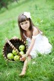 Bella ragazza all'esterno in un giardino Fotografia Stock