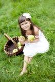 Bella ragazza all'esterno in un giardino Fotografie Stock