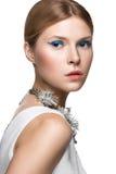 Bella ragazza alla moda con le frecce blu sopra Immagini Stock