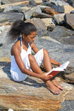 Bella ragazza alla spiaggia Fotografie Stock Libere da Diritti