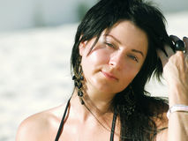 Bella ragazza alla spiaggia tropicale Immagini Stock