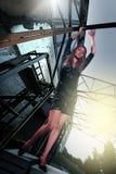 Bella ragazza alta sui precedenti di rovine techni Fotografia Stock