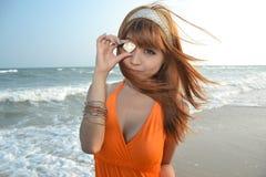 Bella ragazza asiatica alla spiaggia Fotografia Stock