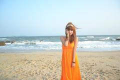 Bella ragazza asiatica alla spiaggia Immagini Stock
