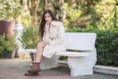 Bella ragazza asiatica in cappotto di inverno immagini stock