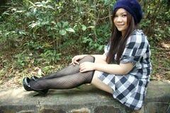 Bella ragazza asiatica che esamina visore Fotografia Stock