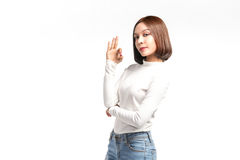 Bella ragazza asiatica che fa segno GIUSTO fotografia stock