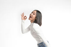 Bella ragazza asiatica che fa segno GIUSTO fotografia stock libera da diritti