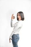 Bella ragazza asiatica che fa segno GIUSTO fotografie stock libere da diritti