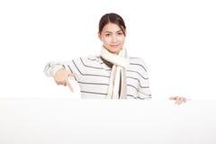 Bella ragazza asiatica con il punto della sciarpa per soppressione segno Fotografia Stock