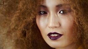 Bella ragazza asiatica con trucco luminoso stock footage