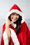 Bella ragazza asiatica felice in vestiti di Santa Claus Fotografia Stock