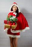Bella ragazza asiatica felice in vestiti di Santa Claus Immagine Stock Libera da Diritti