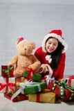 Bella ragazza asiatica felice in vestiti di Santa Claus Fotografie Stock