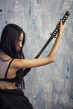 Bella ragazza asiatica in kimono con un katana Fotografia Stock