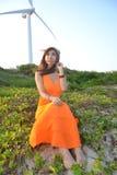 Bella ragazza asiatica sotto il mulino a vento Fotografia Stock Libera da Diritti