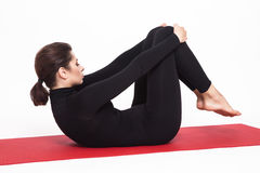 Bella ragazza atletica in vestito nero che fa yoga esercizio per l'allungamento delle mani dei braccia Isolato su priorità bassa  Immagini Stock Libere da Diritti