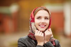 Bella ragazza in autunno Fotografie Stock