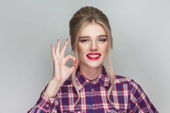 Bella ragazza baciante divertente con la camicia a quadretti rosa, collecte fotografie stock libere da diritti