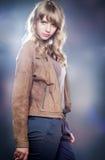 Bella ragazza bionda in abbigliamento casual Fotografia Stock