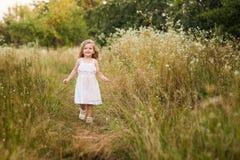 Bella ragazza bionda all'aperto sulla collina un giorno di estate Immagini Stock Libere da Diritti