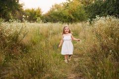 Bella ragazza bionda all'aperto sulla collina un giorno di estate Fotografie Stock