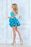 Bella ragazza bionda in breve vestito blu. fotografia stock