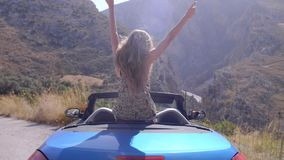 Bella ragazza bionda in Cabrio blu stock footage