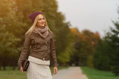 Bella ragazza bionda che cammina nel parco immagine stock