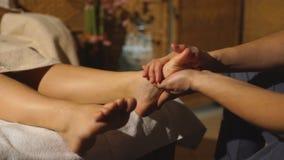 Bella ragazza bionda che fa massaggio del piede Massaggio terapeutico video d archivio