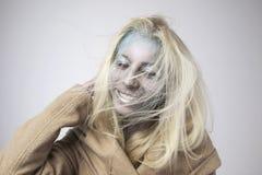 Bella ragazza bionda con bodyart sul fronte isolato Fotografie Stock Libere da Diritti