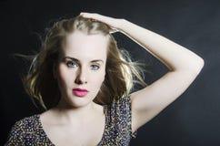 Bella ragazza bionda con gli occhi azzurri nel sorridere verde del vestito Fotografia Stock