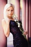 Bella ragazza bionda con la rosa di bianco Fotografia Stock