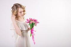 Bella ragazza bionda della molla con i fiori Fotografia Stock Libera da Diritti
