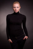 Bella ragazza bionda in maglione nero fotografie stock