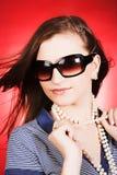 Bella ragazza bionda su fondo rosso Fotografia Stock